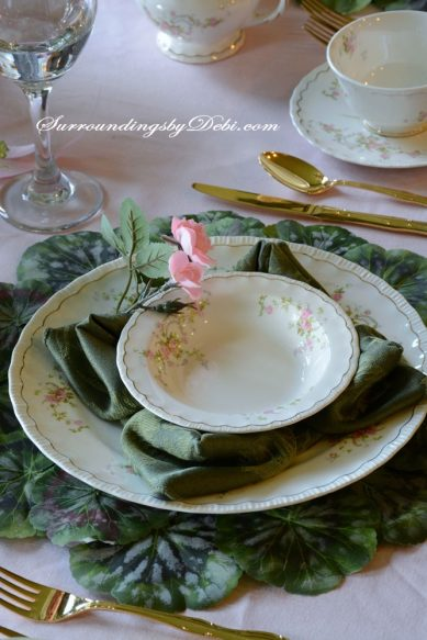 Rose-Tablescape-Napkin-Fold
